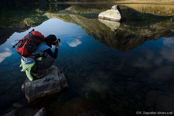 Fotografiando los reflejos del agua en L'Estagnol, cerca del refugio de Ruhle (Pirineos, Françia). Taking pictures of reflections in l'Estagnol, near Ruhle hut (Pyrenees, France).